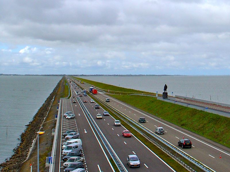 Der Abschlussdeich (Afsluitdijk) des IJsselmeeres